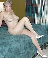 Schlanke Oma nackt
