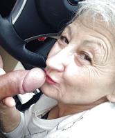 Oma Bitch beim Schwanz lutschen