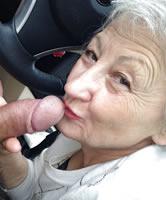 Verschwitzte Oma beim Schwanz Lutschen