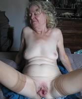 Rasierte oma nackt