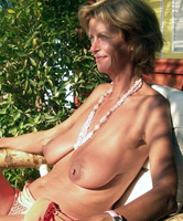 Busen frau nackt Nackt putzen