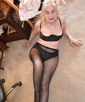 Alte Oma in Strumpfhosen