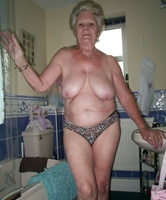 Große schlanke vollbusige nackte Babes
